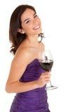 Beau femme de sourire retenant une glace de vin image stock