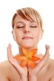 Beau femme de verticale avec la fleur Image libre de droits