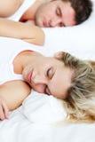 Beau femme dormant avec son ami Photos libres de droits