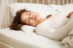 Beau femme dormant dans le bâti images libres de droits