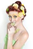 Beau femme en limette de citron Image libre de droits