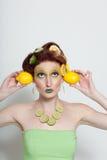 Beau femme en limette de citron Photo stock