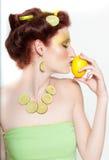 Beau femme en limette de citron Photo libre de droits