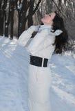 Beau femme en stationnement de l'hiver photo stock
