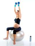Beau femme enceinte à la gymnastique de forme physique Photos stock
