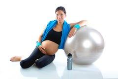 Beau femme enceinte à la gymnastique de forme physique détendue Photographie stock libre de droits