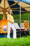 Beau femme enceinte en stationnement Images libres de droits