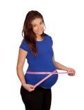Beau femme enceinte mesurant son ventre Photos libres de droits