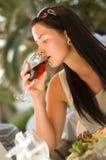Beau femme goûtant le vin rouge au restaurant Photo libre de droits