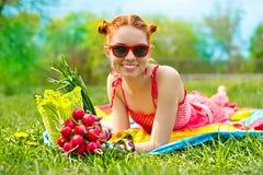 Beau femme heureux avec les légumes colorés Images stock