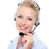 Beau femme heureux de sourire dans l'écouteur Image libre de droits