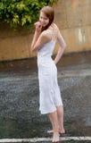 Beau femme à l'extérieur sous la pluie Images libres de droits