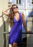 Beau femme magnifique dans des lunettes de soleil Photographie stock libre de droits
