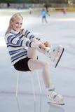 Beau femme mettant des patins en fonction Photo stock