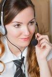 Beau femme - opératrice dans des écouteurs photographie stock