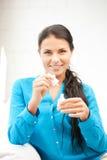 Beau femme polissant ses clous Photos stock