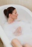 Beau femme prenant un bain images libres de droits