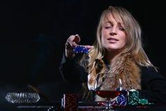 Beau femme qui jouant au poker Photo stock