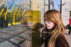 Beau femme regardant à la réflexion Image libre de droits