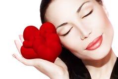 Beau femme retenant beaucoup de coeurs rouges Photographie stock libre de droits