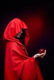Beau femme retenant la pomme rouge Photo libre de droits