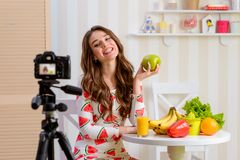 Beau femme retenant la pomme verte photographie stock libre de droits