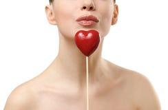 Beau femme retenant le coeur rouge. Photographie stock libre de droits