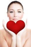 Beau femme retenant le grand coeur rouge Photographie stock libre de droits