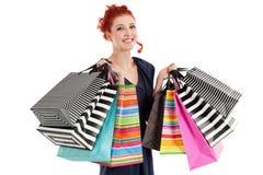 Beau femme retenant les sacs colorés photographie stock