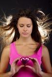 Beau femme retenant un coeur Images stock