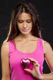 Beau femme retenant un coeur Photographie stock