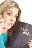 Beau femme retenant une bible image stock