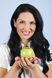 Beau femme retenant une pomme Images stock