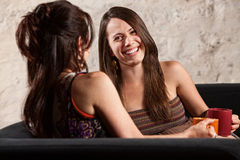 Beau femme riant avec l'ami Image stock