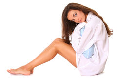 Beau femme s'asseyant avec l'oreiller Photos libres de droits