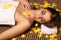 Beau femme se situant dans la station thermale de santé en sommeil Photographie stock libre de droits