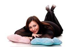 Beau femme se trouvant sur des oreillers Image stock