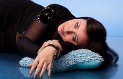 Beau femme se trouvant sur des oreillers Image libre de droits