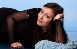 Beau femme se trouvant sur des oreillers Photos stock