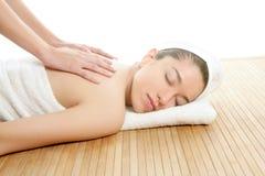 Beau femme sur de station thermale de massage le dos en fonction Images stock