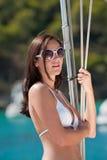 Beau femme sur la corde de luxe de fixation de yacht Photographie stock