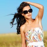 Beau femme sur la nature dans des lunettes de soleil noires photos stock