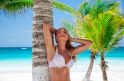 Beau femme sur la plage Photo stock