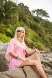 Beau femme sur la plage tropicale Images stock