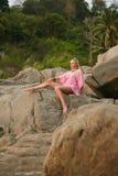 Beau femme sur la plage tropicale Photos libres de droits