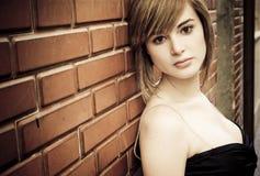 Beau femme sur le mur Photo stock