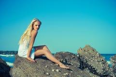 Beau femme sur un bord de la mer rocheux Photographie stock libre de droits