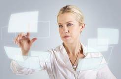 Beau femme touchant un écran digital photographie stock