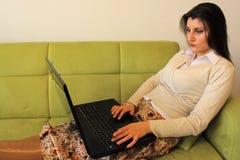 Beau femme travaillant sur l'ordinateur portatif. Image stock