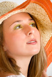 Beau femme utilisant un chapeau de paille Photo libre de droits